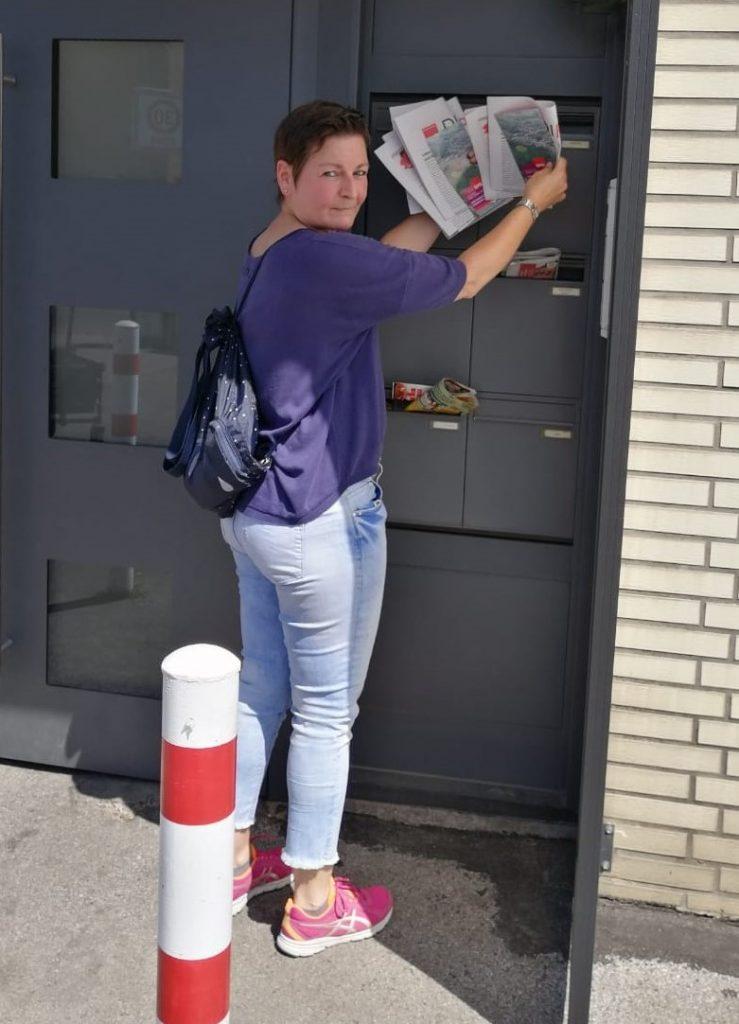 Claudia Schweppe verteilt in Wahlkreis 19.